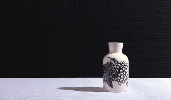 Photo du revêtement acoustique ALYOS 3d wall m noir et blanc avec un vase