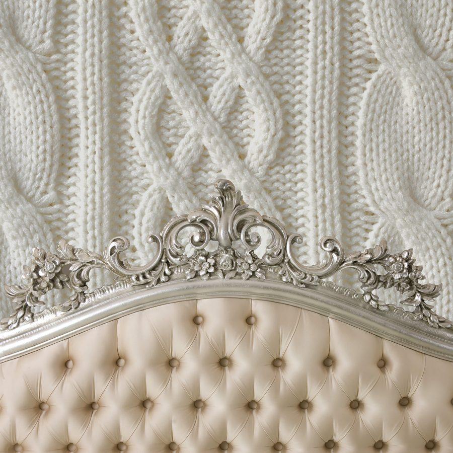 photo d'un mur imprimé avec un visuel de tricot derrière une tête de lit