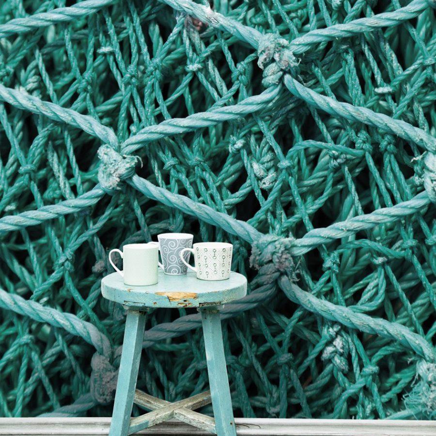 photo d'un mur imprimé avec le visuel d'un filet de pêche