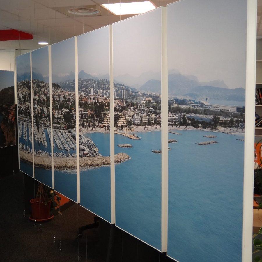 Photo de cadres acoustiques suspendus avec visuel baie de Nice
