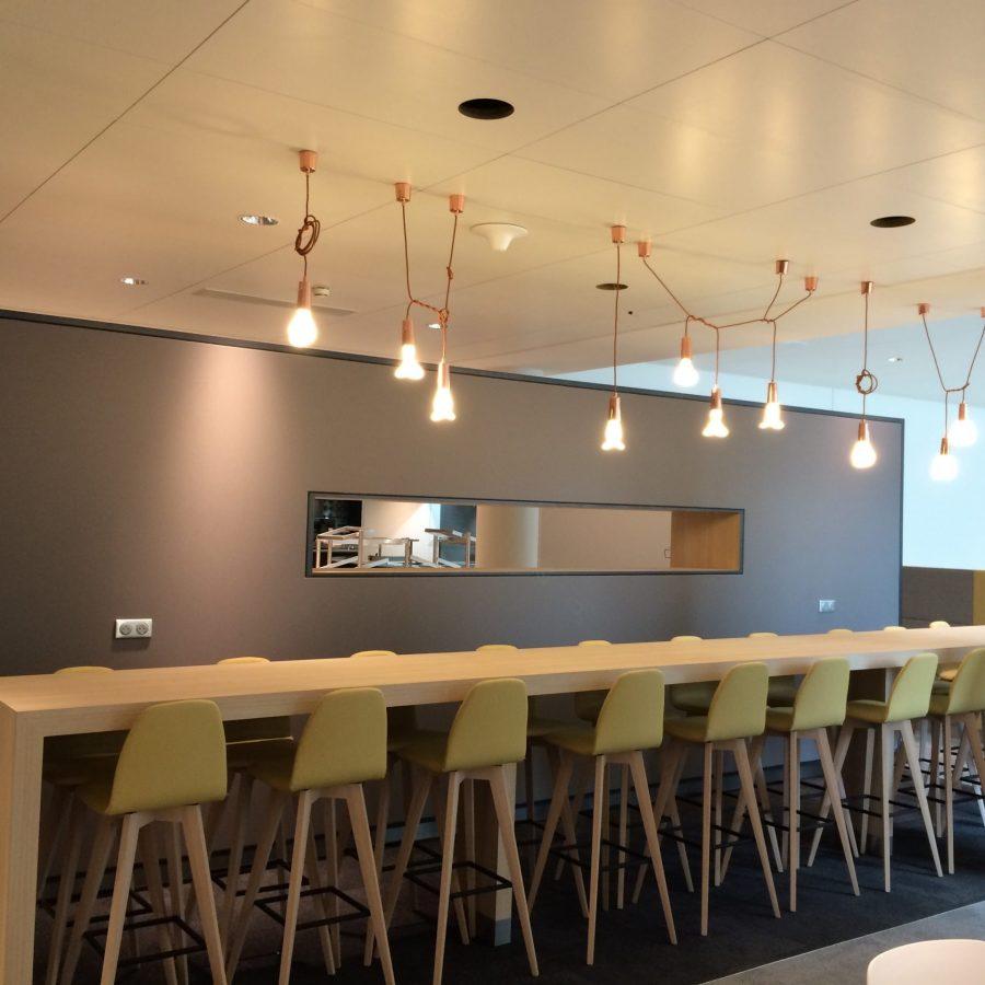 Photo d'un mur acoustique colors gris devant table bar