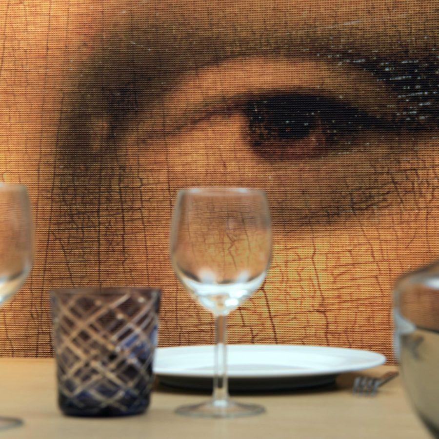 Photo d'une toile imprimée avec les yeux de la Joconde avec un effet de petits carrés en relief