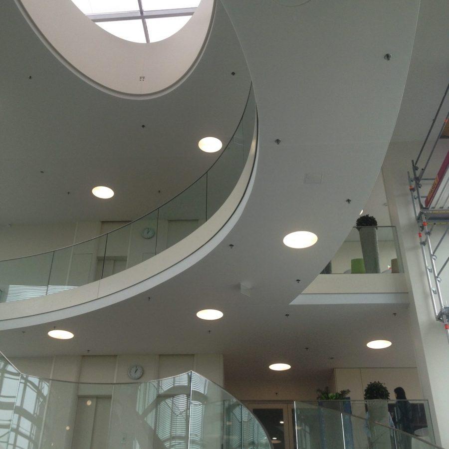 Photo d'un plafond acoustique blanc installé dans un hall d'accueil de société