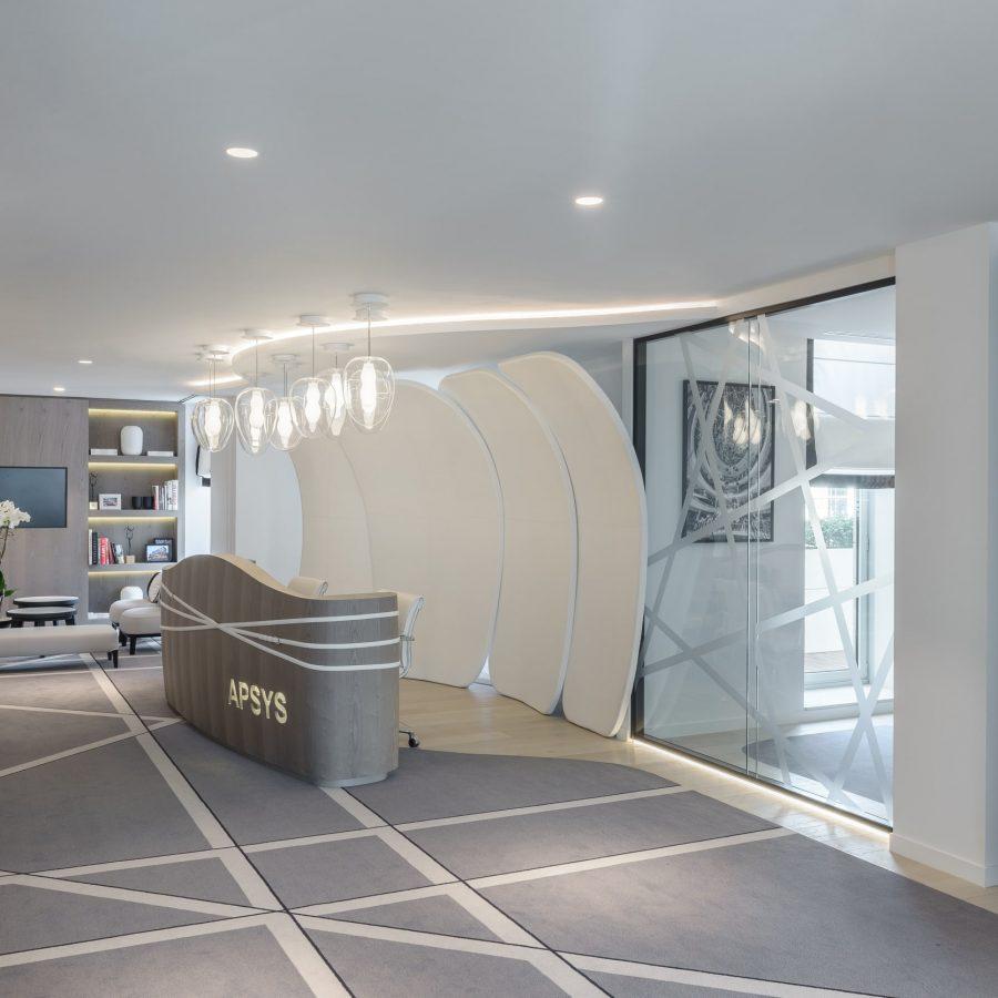 Photo de la réception avec un plafond acoustique blanc au siège social d'Apsys