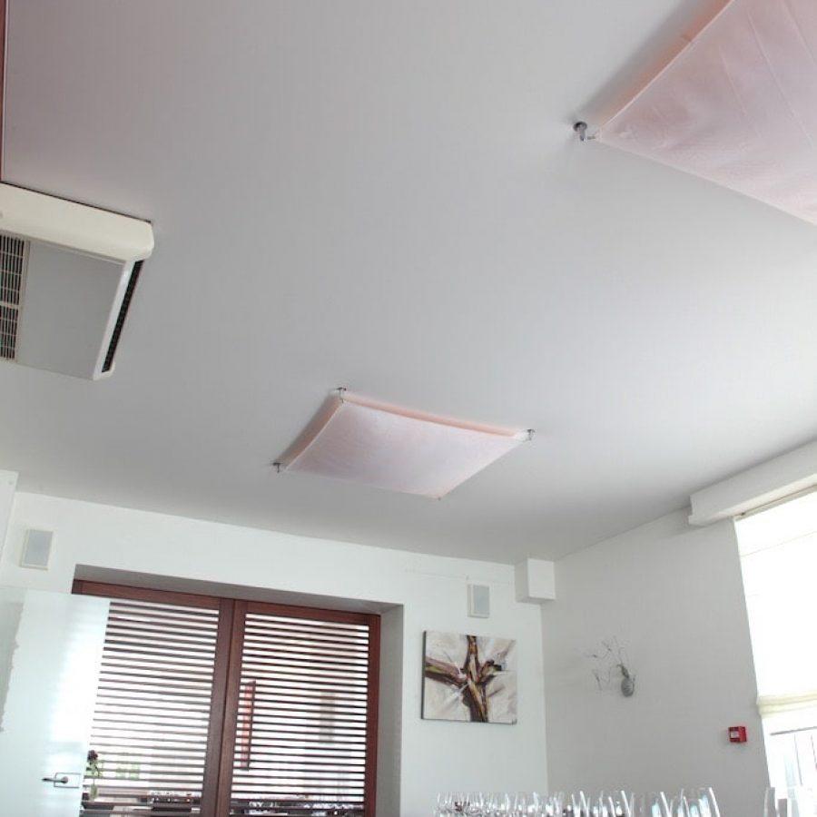 Photo d'un plafond tendu blanc dans une salle de restaurant
