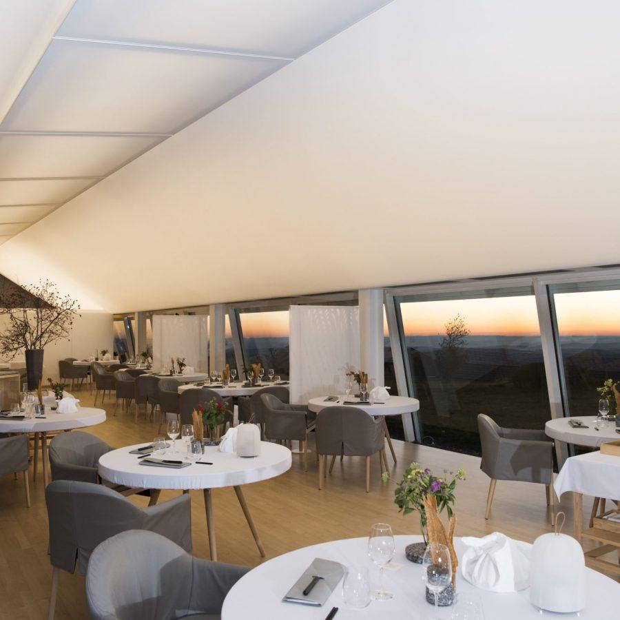 Photo d'un plafond rétroéclairé blanc à la réception du restaurant Le Suquet