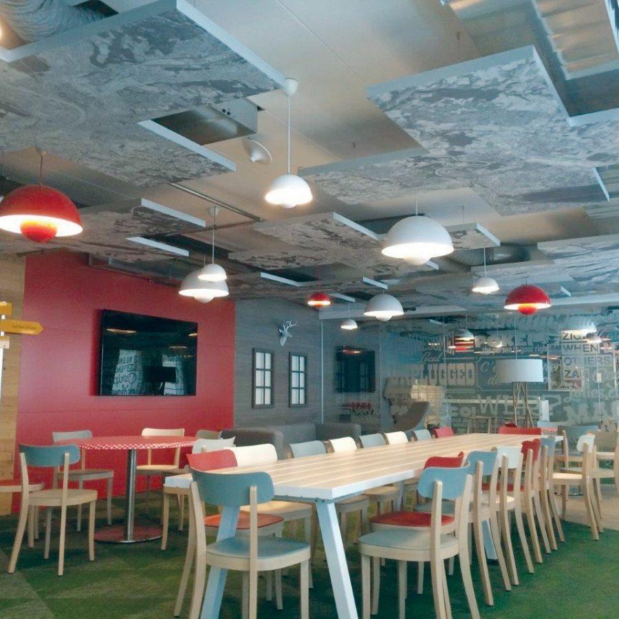 Photo d'une cafétéria avec des cadres acoustiques au plafond en forme de croix