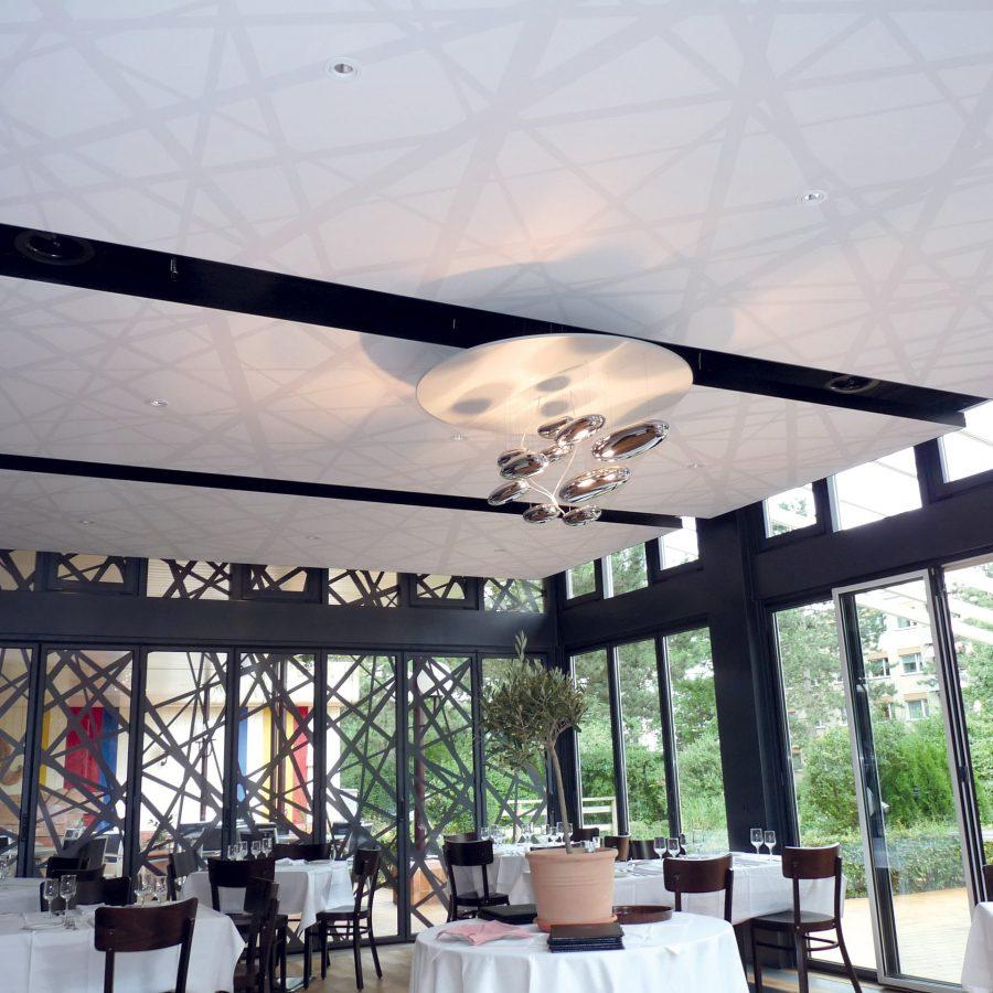 cadres acoustiques posé dans un restaurant en plafond avec une toile acoustique imprimé avec des rayures