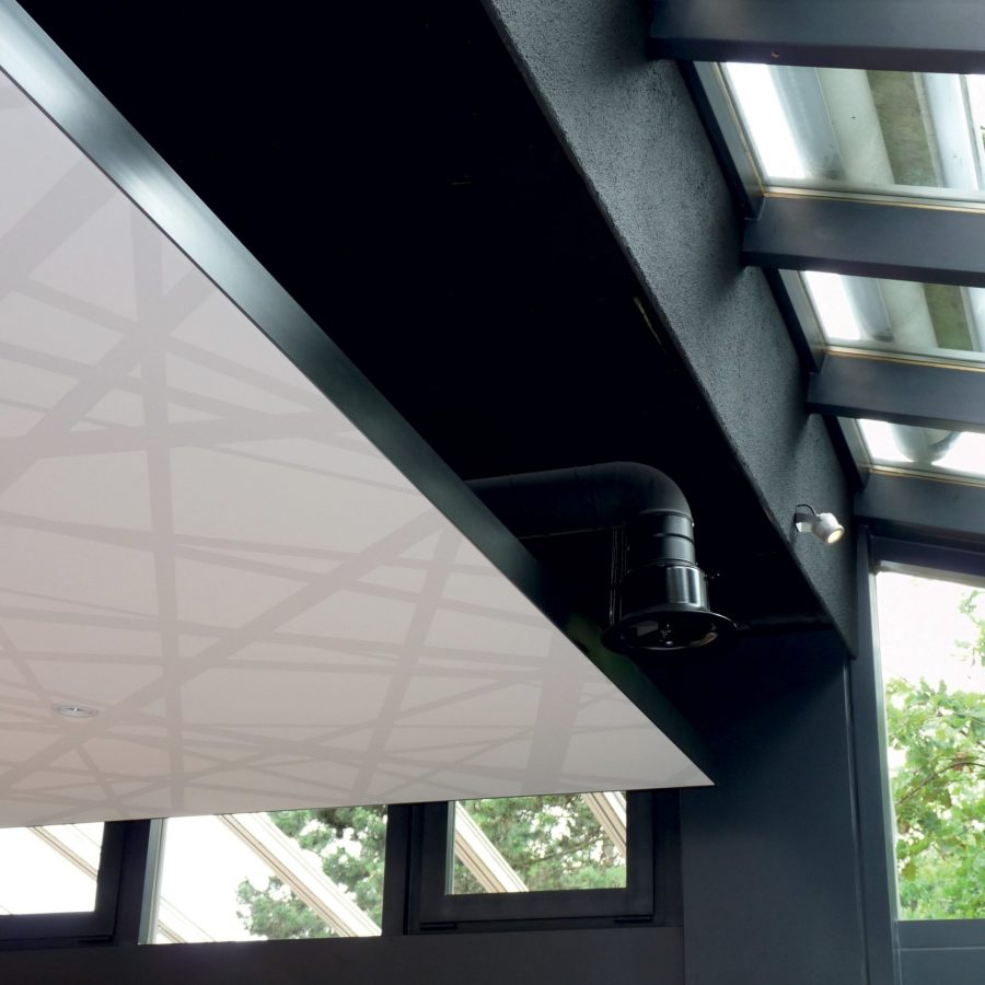 photo d'un détail d'un cadre acoustique posé dans un restaurant en plafond avec une toile acoustique imprimé avec des rayures