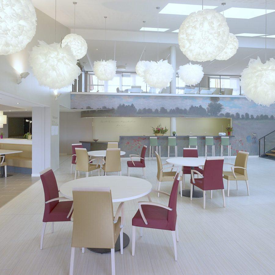 Photo de la salle de restaurant d'un EPAHD avec un mur imprimé des Coquelicots de Mo