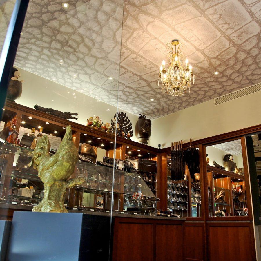 Photo d'un plafond imprimé dans une chocolaterie parisienne avec un visuel peau de crocodile