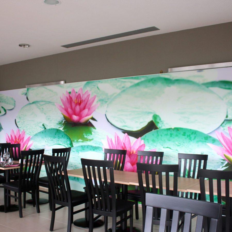 Photo d'un mur avec une toile imprimée rétroéclairée visuel de nénuphar rose