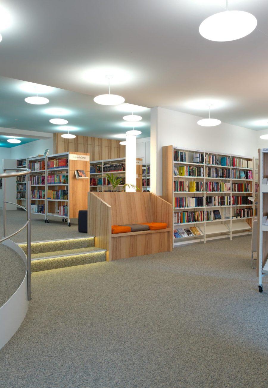 photo de plafonds imprimés avec un ciel bleu vaporeux dans une bibliothèque d'une école