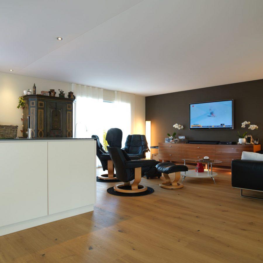 Photo d'un salon et d'une cuisine ouverte avec un plafond tendu à froid blanc