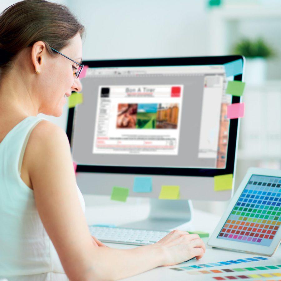 Photo d'une personne travaillant derrière un ordinateur