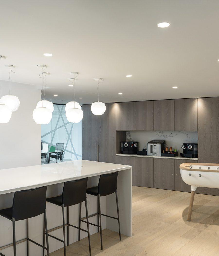 Photo d'un espace de détente avec un plafond acoustique blanc au siège social d'Apsys