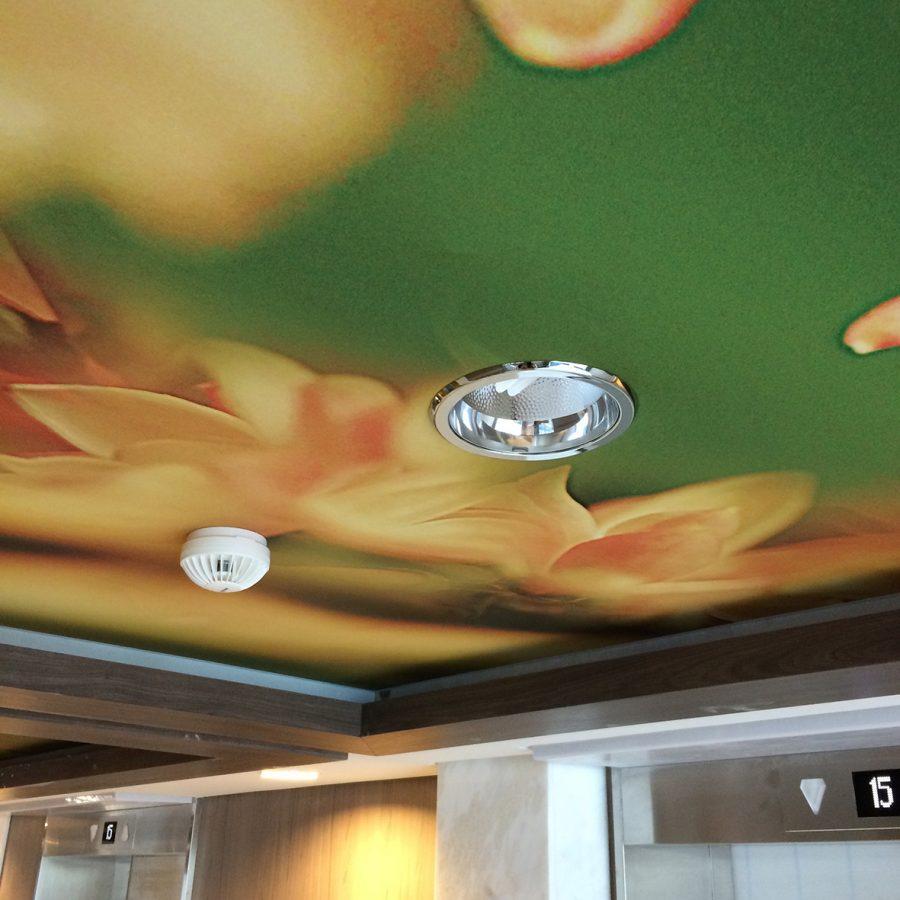 Photo d'un détail de plafond imprimé avec un visuel de fleurs sur le bateau A34 sorti des Chantiers de l'Atlantique