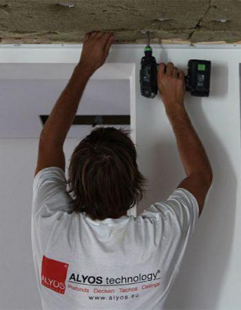 Photo d'un poseur mettant en place les chevilles isolation sur un plafond