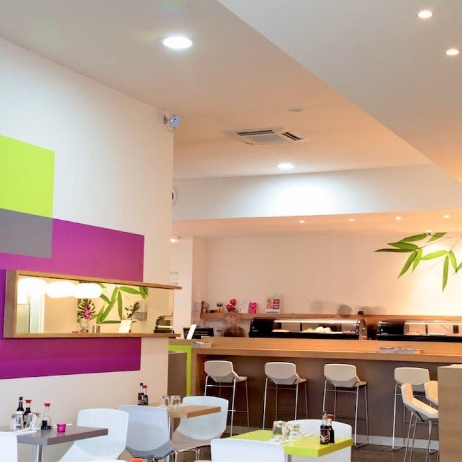 Photo d'une salle de restaurant avec un plafond blanc acoustique
