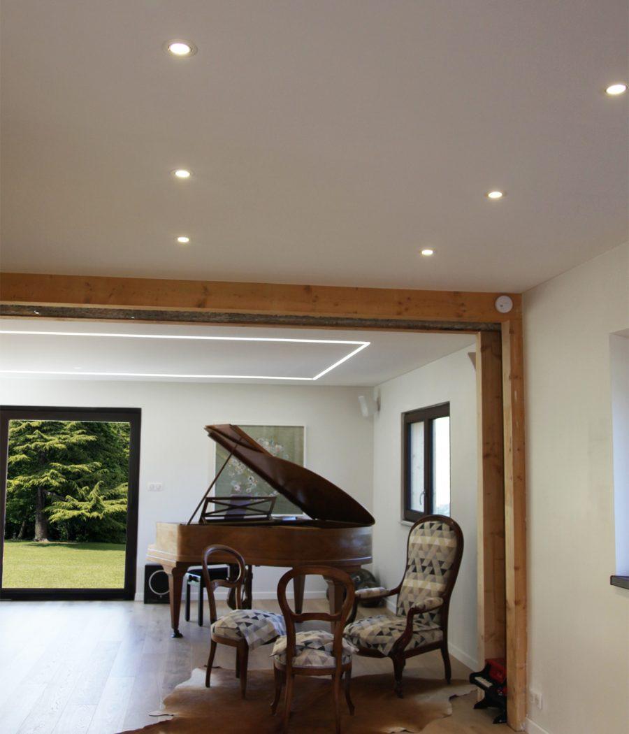 Photo d'un plafond acoustique blanc dans un salon avec un éclairage périphérique