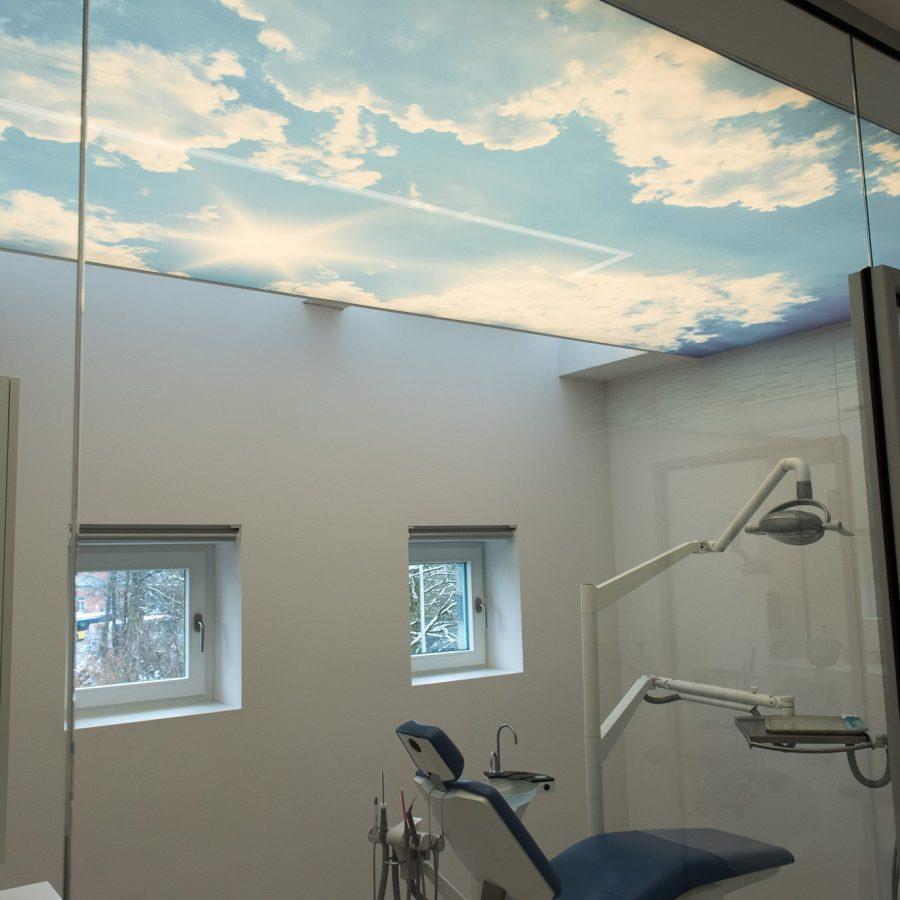 photo dun plafond avec une toile translucide imprimé avec un ciel nuageux au plafond d'un cabinet de dentiste