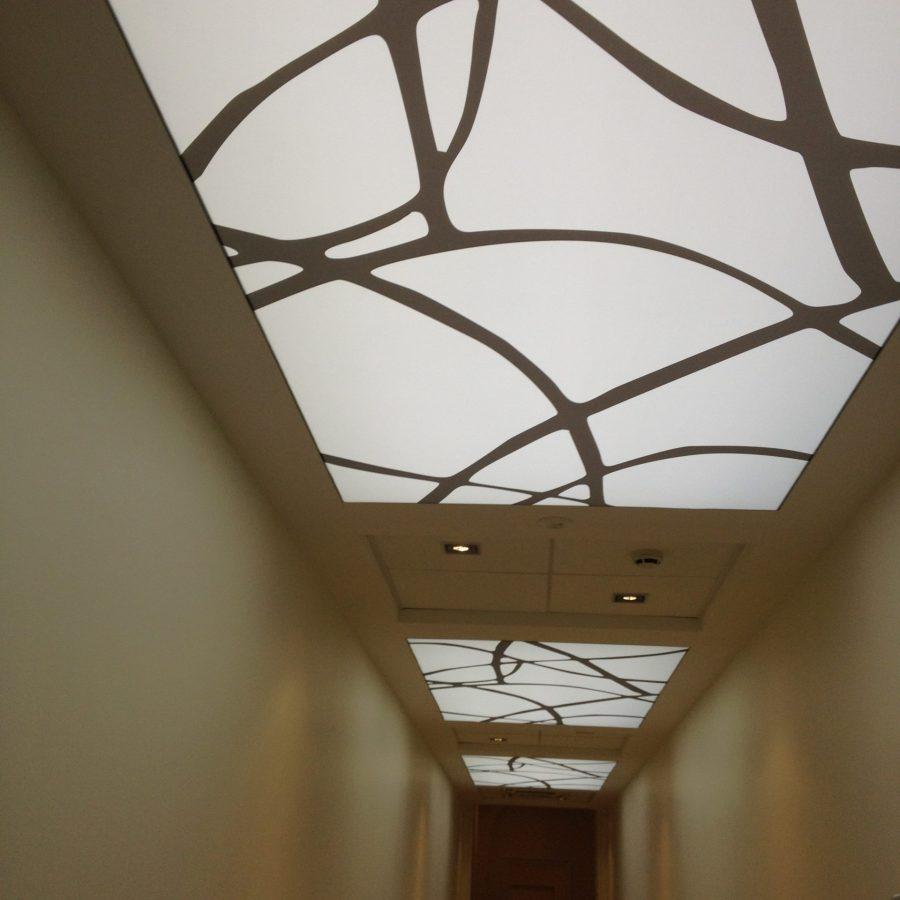 Photo d'un couloir avec revêtements rétroéclairés ALYOS au plafond