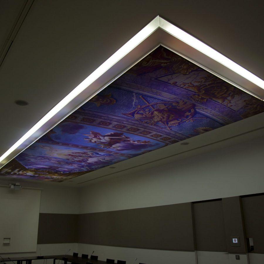 Photo d'une toile rétroéclairée imprimée avec visuel peinture religieuse, dans un système tout-en-1