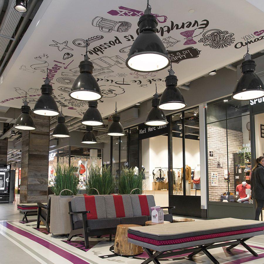 Photo d'un cadre acoustique imprimé au plafond dans le centre commercial VILL'UP à Paris